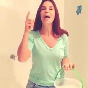 Ivete Sangalo topa desafio do balde d'água