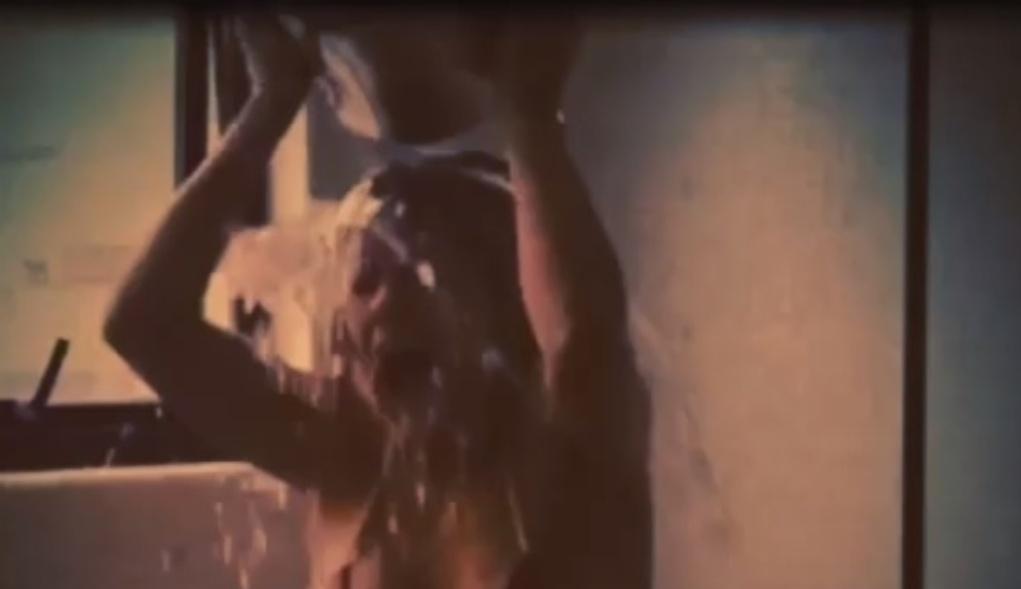 Carolina Dieckmann ficou apenas de biquíni para tomar o seu banho gelado. Ela desafiou Preta Gil, Juliana Paes e David Brazil para a brincadeira