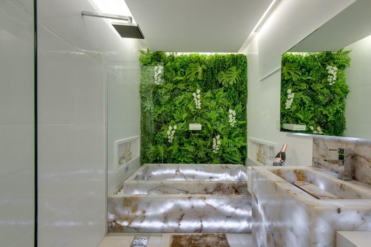 de ônix com iluminação posterior. O verde do paisagismo vertical  #3F6818 1200x798 Banheiro Com Jardim Vertical
