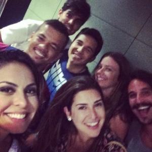 Foto ao lado de fernanda paes leme e de amigos de neymar em barcelona