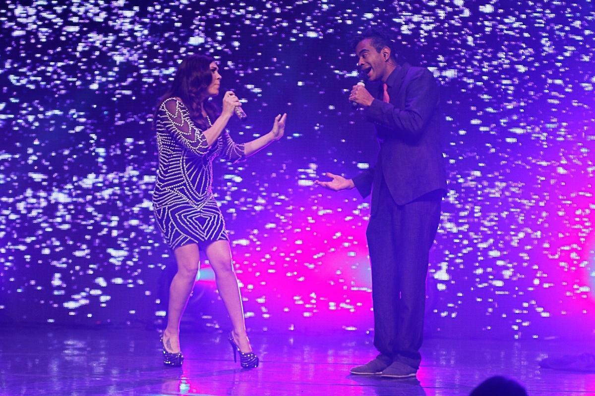 20.ago.2014 - Simony canta com Jairzinho em gravação de DVD de 30 anos de carreira
