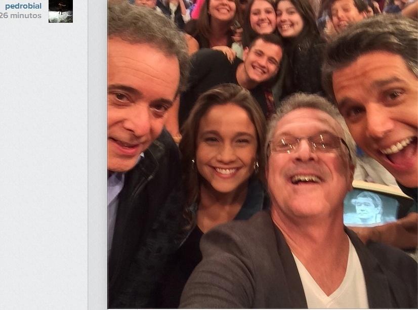 21.ago.2014- Tony Ramos, Fernanda Gentil, Pedro Bial e Márcio Garcia fazem selfie no intervalo de gravação dos
