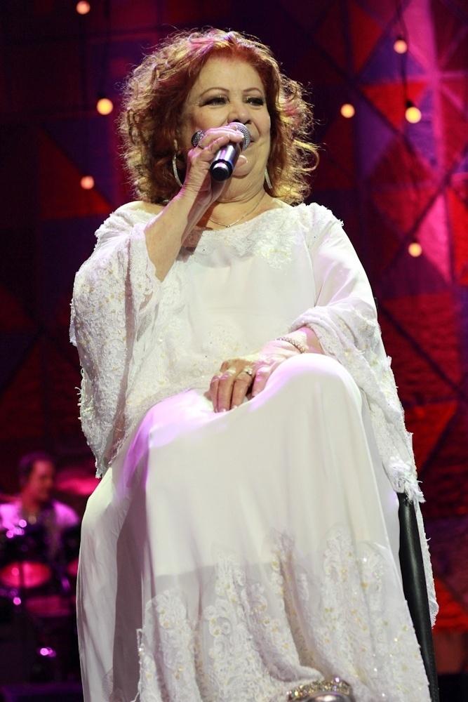 21.ago.2014 - Em uma cadeira motorizada, Beth Carvalho canta no lançamento do