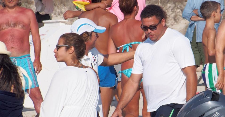 21.ago.2014 - Ronaldo e Paula Morais entram em barco enquanto passam dia em praia na ilha de Formentera, na Espanha
