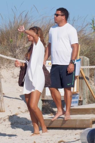 21.ago.2014 - Ronaldo e sua noiva, a DJ Paula Morais, se divertem em praia na ilha de Formentera, na Espanha