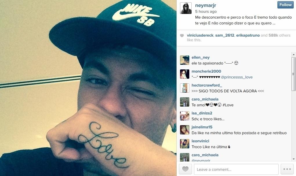 22.ago.2014 - Neymar exibiu nova tatuagem feita na mão. O jogador escreveu a palavra