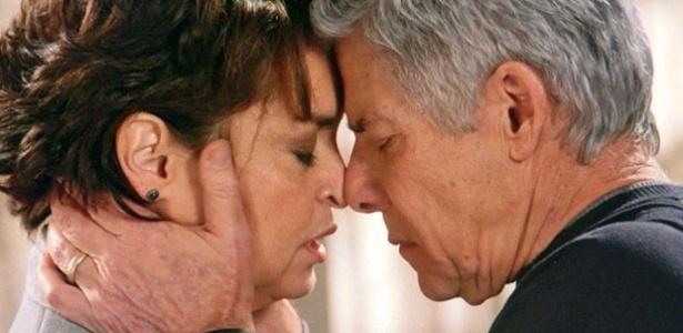 Cláudio desabafa com Beatriz e diz que pretende revelar homossexualidade a Enrico