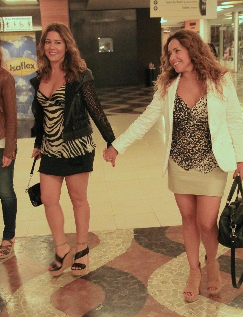 23.ago.2014- Daniela Mercury passeia de mãos dadas com a mulher, Malu Verçosa, em shopping na Gávea, zona sul do Rio