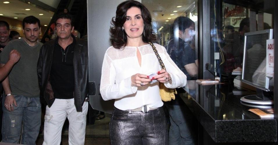 23.ago.2014- Fátima Bernardes posa antes de assistir a peça