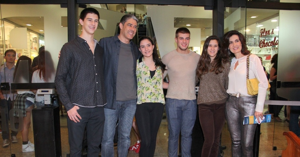 23.ago.2014- William Bonner e Fátima Bernardes levam a família à  sessão para convidados da peça