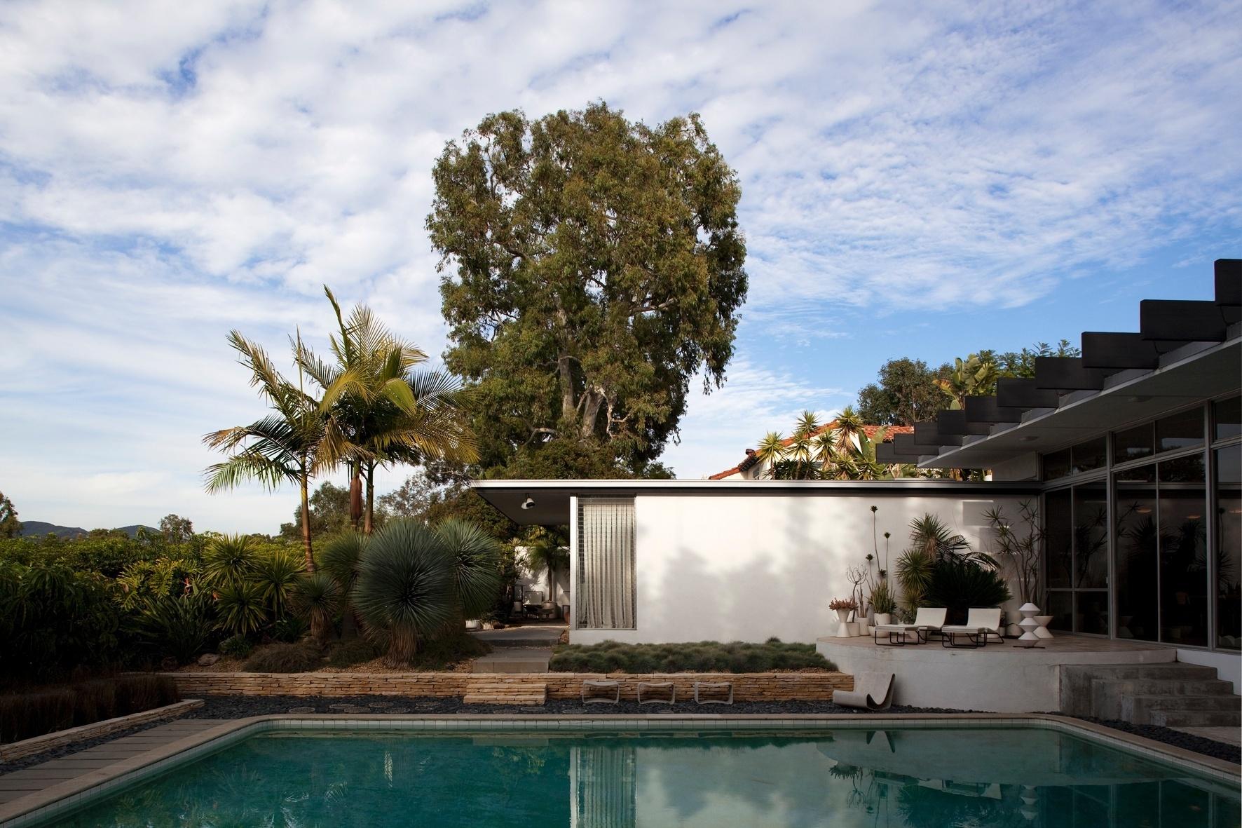 A área social é fechada em vidro, tanto nos fundos - para a piscina - como na frente, voltada para as colinas de Santa Monica, na Califórnia. A casa Joseph Strick é térrea e estruturada em concreto armado, possui amplos espaços de convivência e dormitórios pequenos e reservados. A ideia original do projeto de Oscar Niemeyer era aproveitar grande parte do volume para abrir vista às montanhas, cuja fluidez remete à curvilínea paisagem carioca