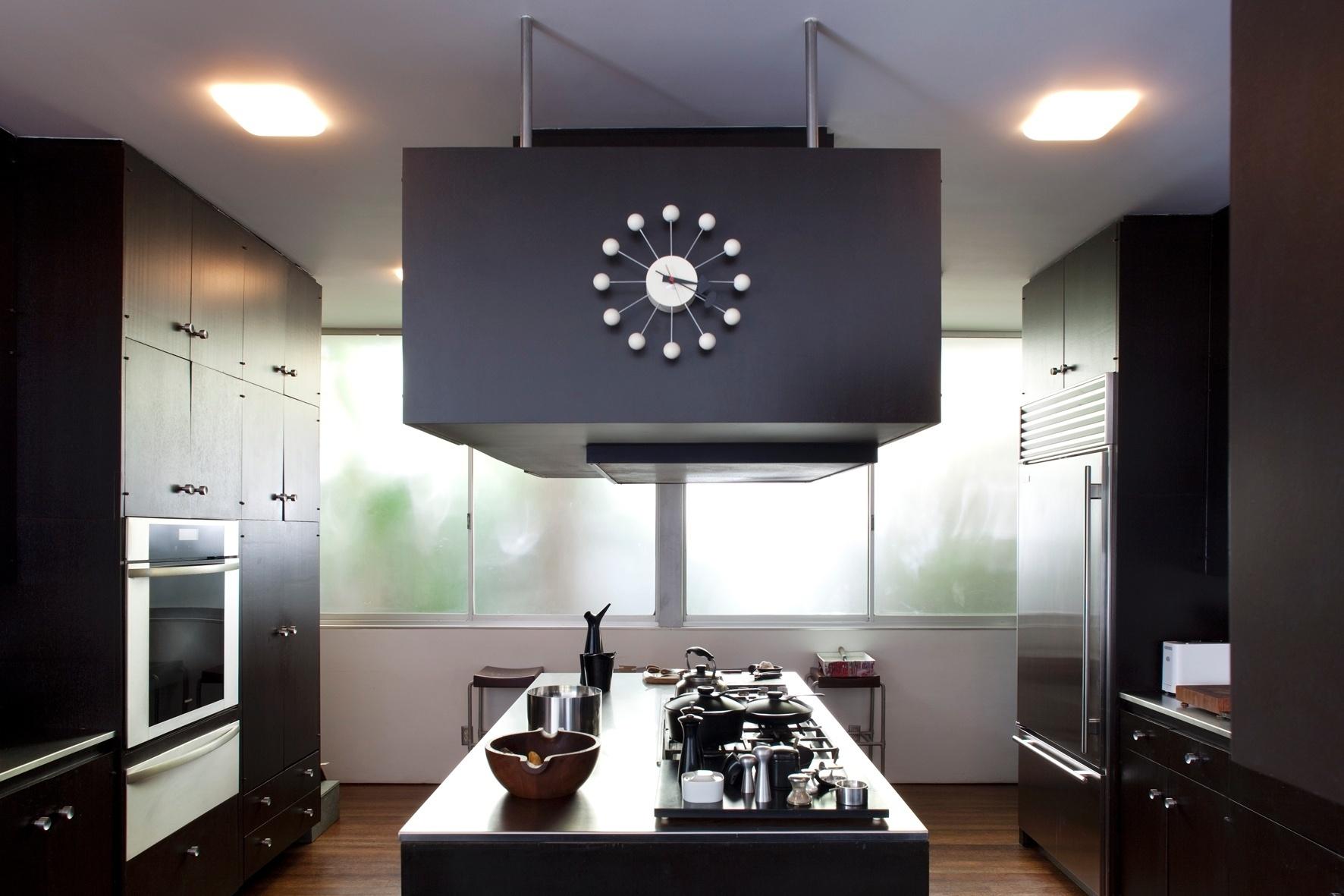 As bancadas da cozinha e seu mobiliário revestido por laminado são  #81614A 1772 1181