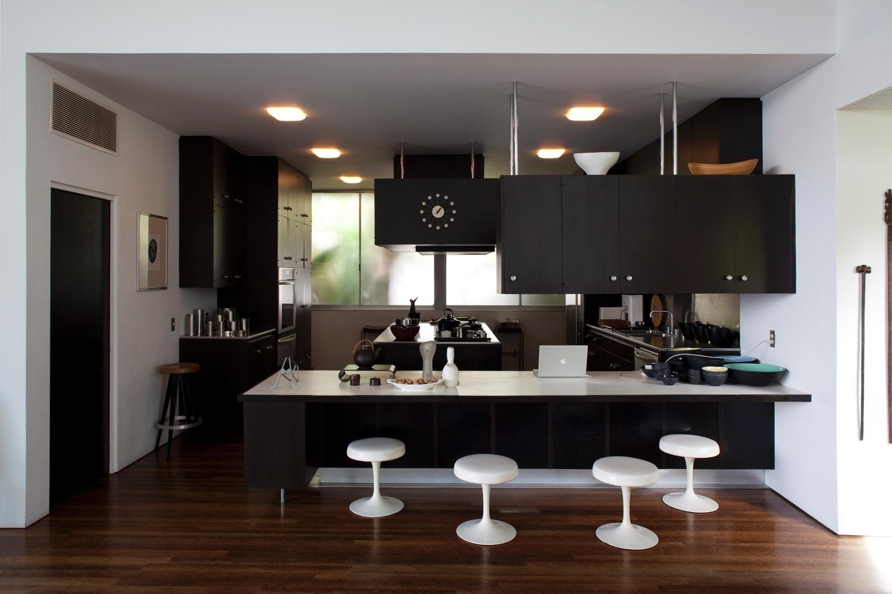 varanda (à dir.) e se comunica com a cozinha através da bancada de  #241A16 1772 1181