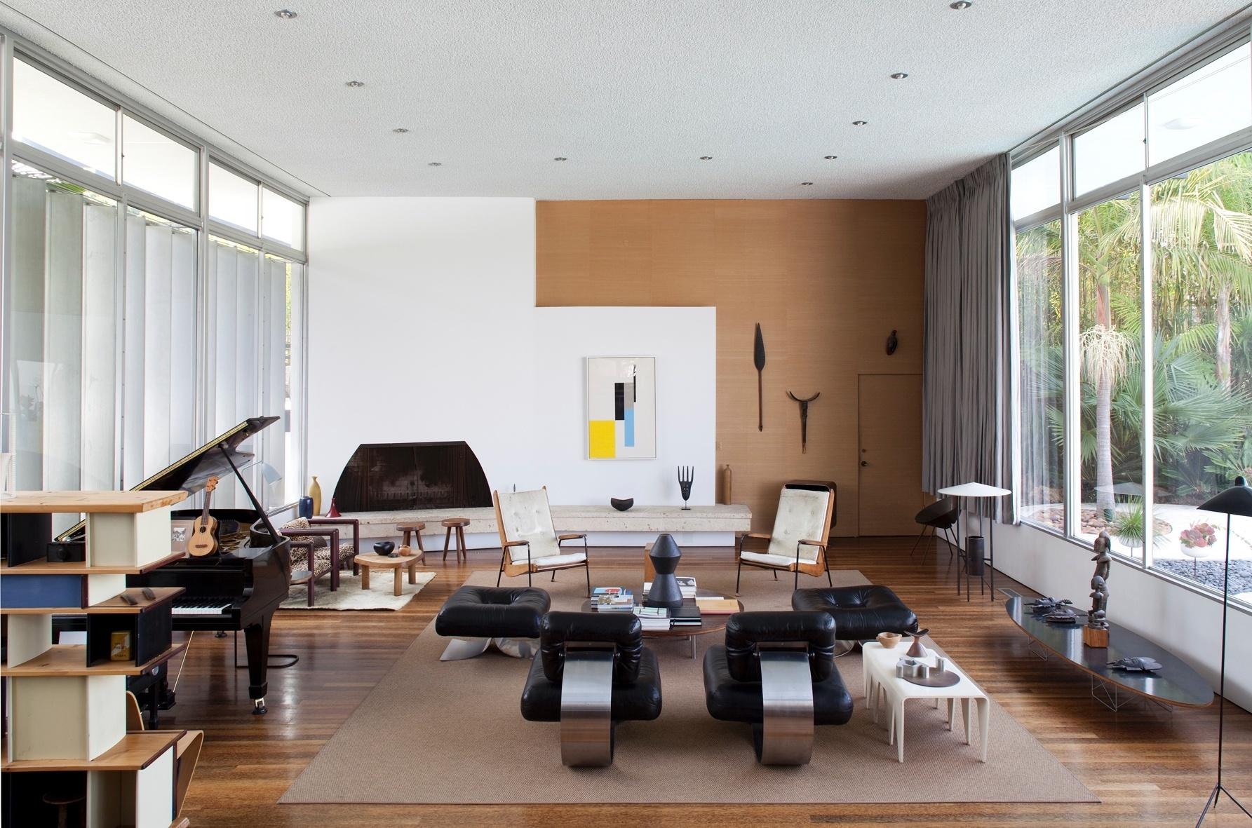 A sala, com 68 m de comprimento, divide-se em estar e jantar e tem piso de madeira. O projeto da residência é de Oscar Niemeyer, porém ele não participou da obra na década de 1960, mas aprovou tanto o resultado original, quanto o último restauro promovido pelo designer Michael Boyd, atual proprietário. A Strick House fica em Santa Monica, na Califórnia
