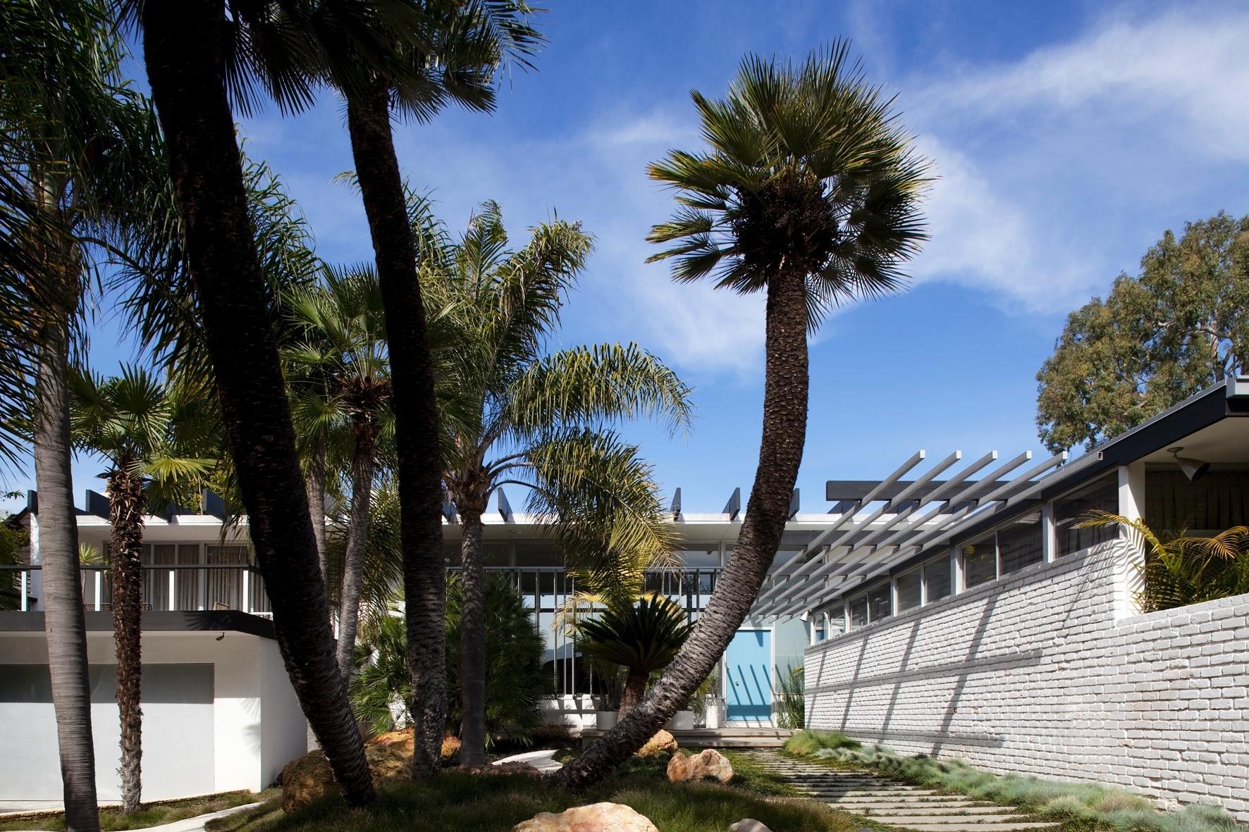 O modernismo de Oscar Niemeyer está expresso nas vigas de concreto que formam uma espécie de pergolado sobre a casa Joseph Strick, em Santa Monica, Califórnia. A casa térrea em formato