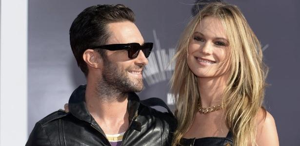 Adam Levine, vocalista do Maroon 5, e a mulher, Behati Prinsloo terão um filho