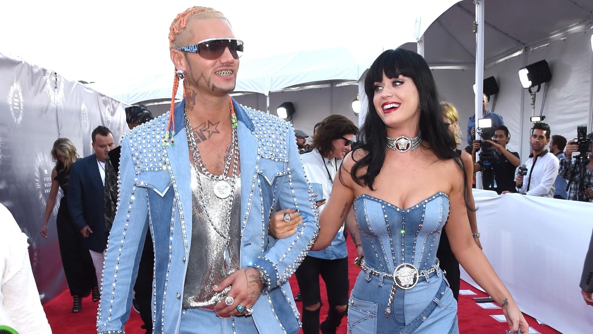 24.ago.2014 - Katy Perry e o rapper Riff Raff chegam juntos ao VMA 2014, na Califórnia, usando looks de jeans que combinavam
