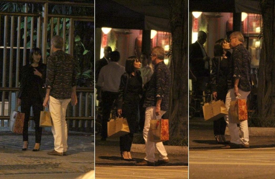 25.ago.2014 - Pedro Bial é fotografado aos beijos com a editora de moda Maria Prata em uma rua de Copacabana, na zona sul do Rio de Janeiro, na noite desta segunda-feira