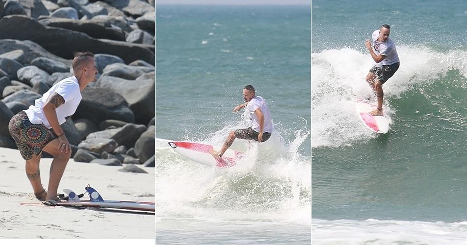 Paulinho Vilhena se alonga e depois pratica surfe na praia de Grumari, no Rio de Janeiro. O ator pode ser visto na TV na pele do esquizofrênico Domingos Salvador, em