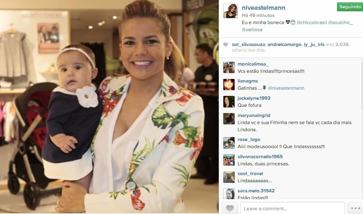 27.ago.2014- Nivea Stelmann vai a evento com a filha Bruna de apenas cinco meses: