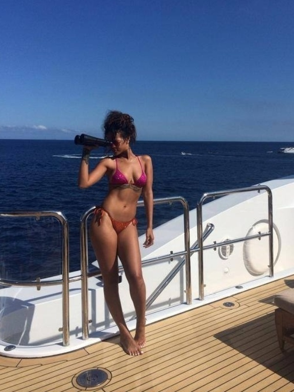 28.ago.2014 - Em sua página no Facebook, Rihanna posta foto de biquíni em um barco