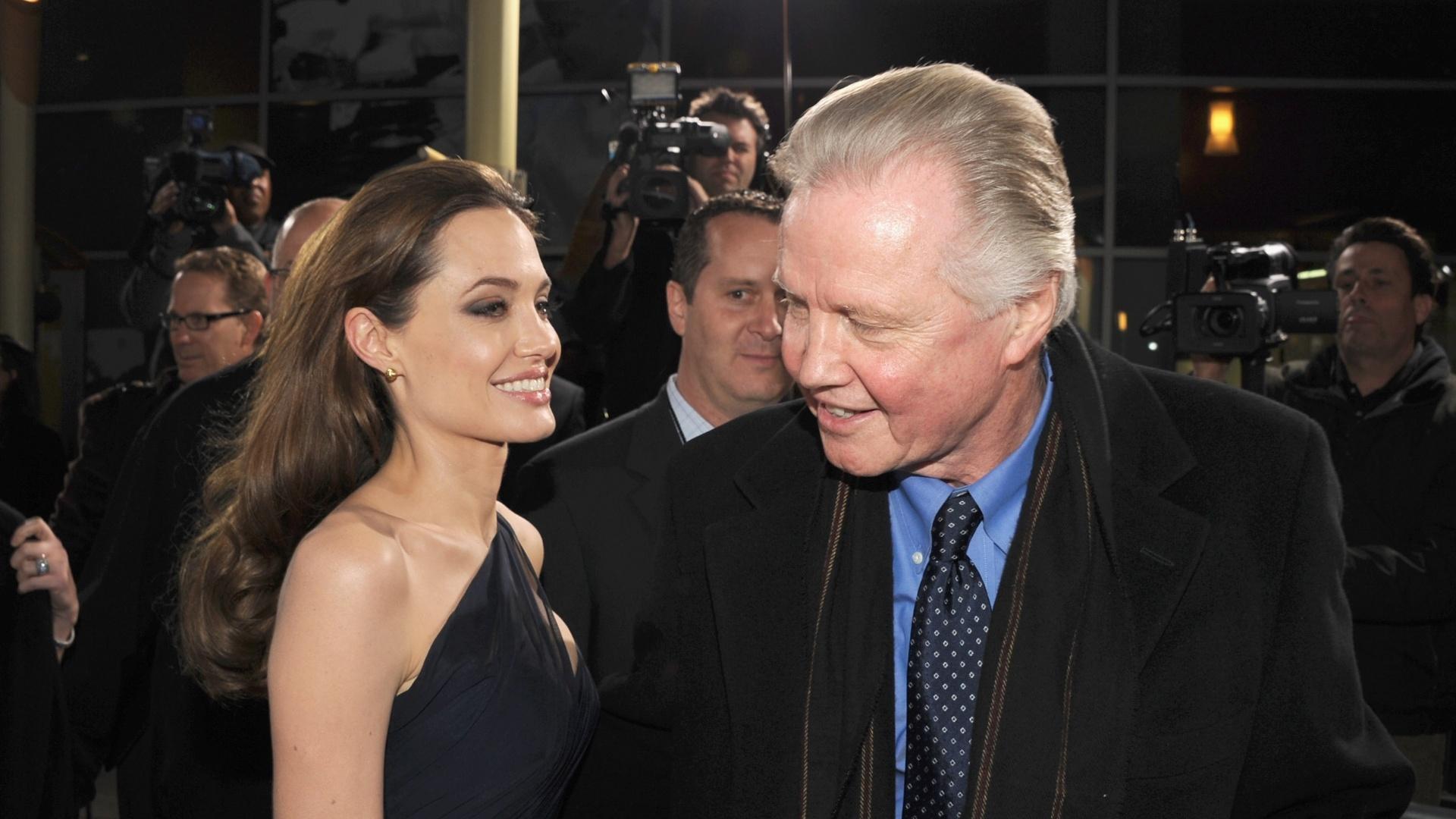 8.dez.2011 - Angelina Jolie e o pai, o ator Jon Voight, na pré-estreia de