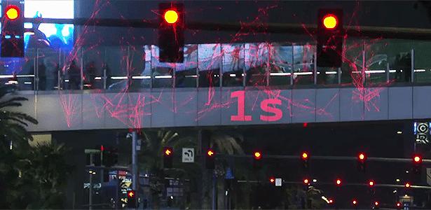 Semáforo avisa e carro fica pronto para momento certo de partida -- tudo online