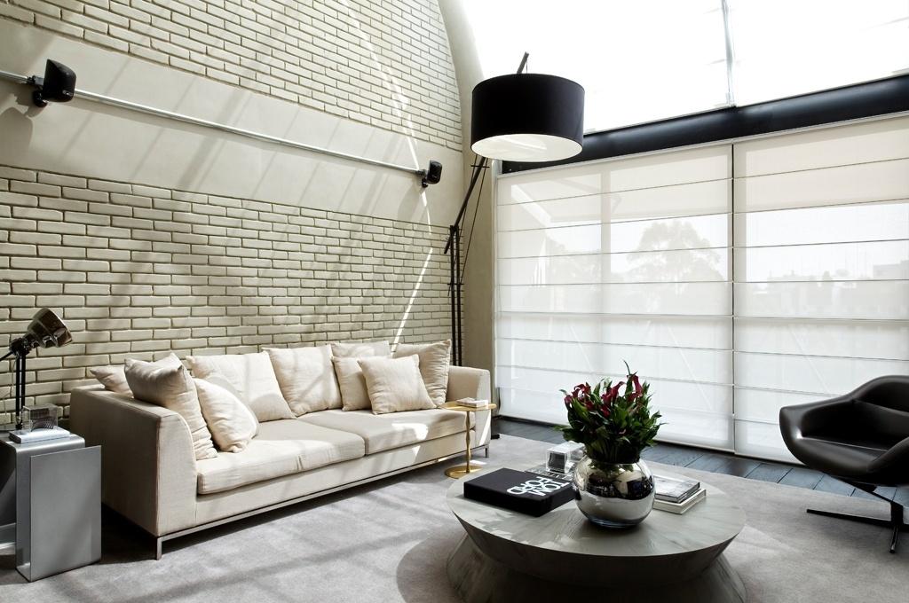 Para racionalizar ambientes compactos, como este estar (21,7 m²), o arquiteto Diego Revollo recomenda tapetes grandes, uma vez que