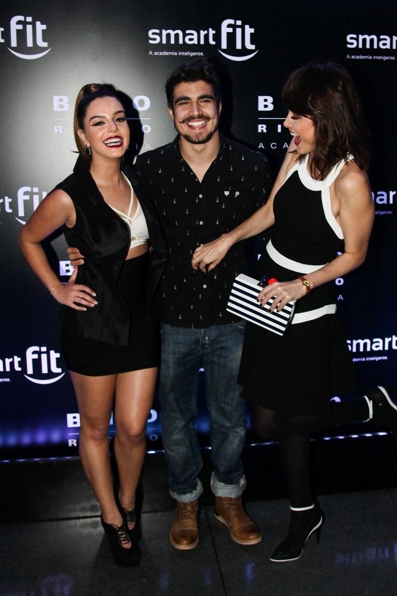 29.ago.2014 - Melhor amiga de Caio Castro, Giovanna Lancellotti se junta ao casal para curtir a festa