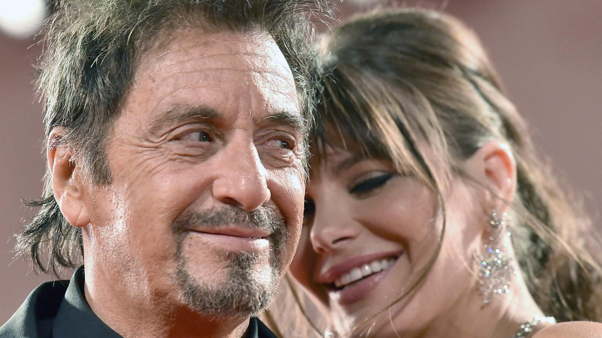 30.ago.2014 - Al Pacino recebe o carinho da namorada, a atriz argentina Lucila Sola, no tapete vermelho do filme