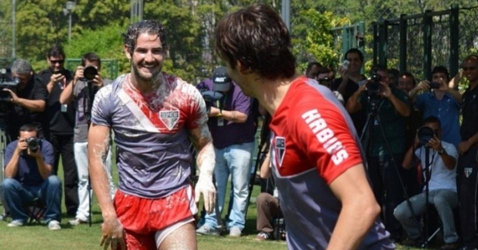 2.set.2014- Alexandre Pato completa 25 anos e leva ovada de Kaká e colegas após o treino do São Paulo: