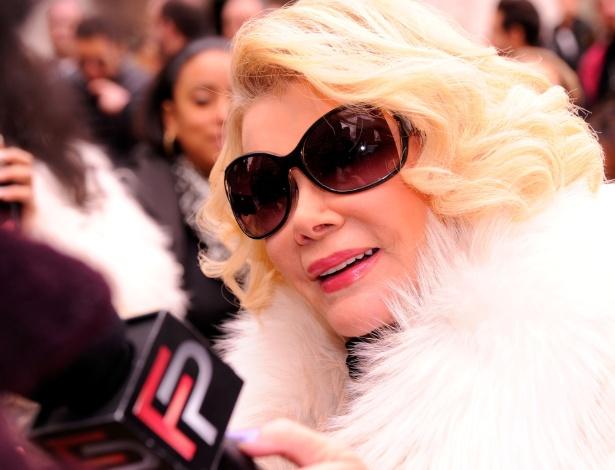 """A apresentadora e comediante americana Joan Rivers, do programa """"Fashion Police"""". Ela morreu aos 81 anos"""