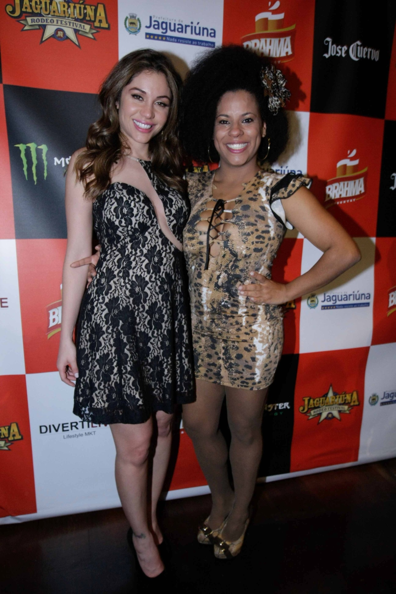 4.set.2014 - As ex-BBBs Maria Melilo e Janaína do Mar se encontram na festa de lançamento do Jaguariúna Rodeo Festival, em uma casa de show na zona oeste de São Paulo