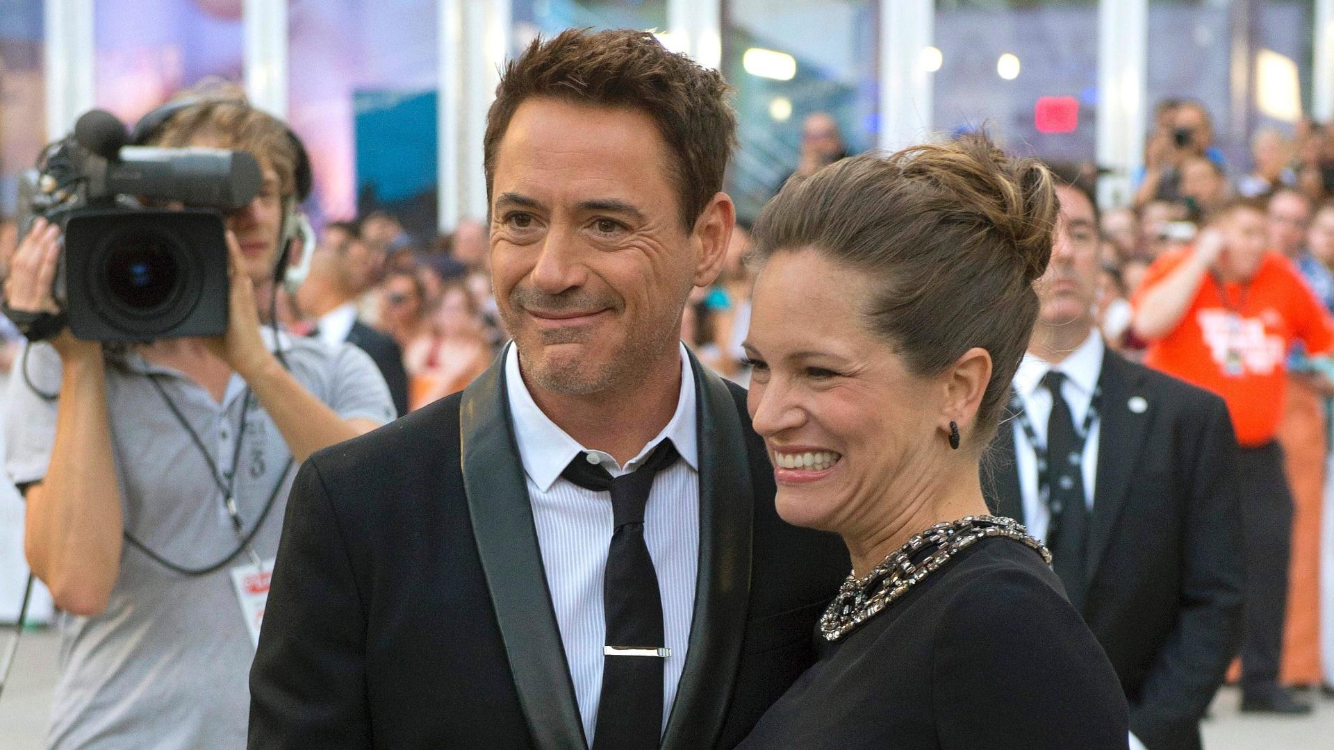 4.set.2014 - Robert Downey e a mulher Susan Downey, que está grávida, chegam à estreia de