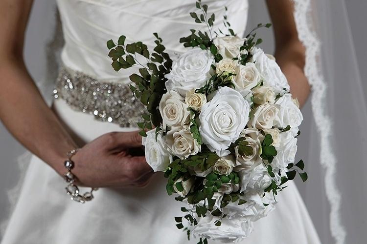 Buquê branco de rosas naturais preservadas, da Flor de Cór, R$ 900