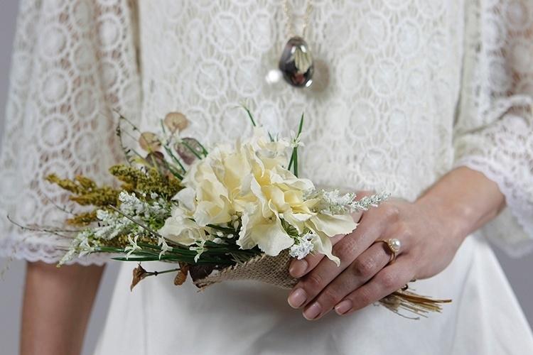 Buquê com flores artificiais, da Can Can, R$ 219 e anel de ouro e pérola da Vivara, R$ 2.490
