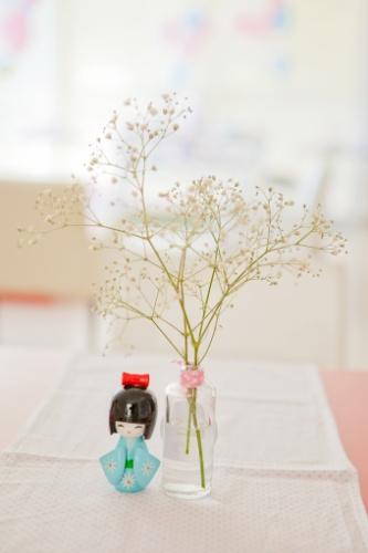 decoracao festa kokeshi:Vasos com flores naturais acompanhados da boneca japonesa Kokeshi