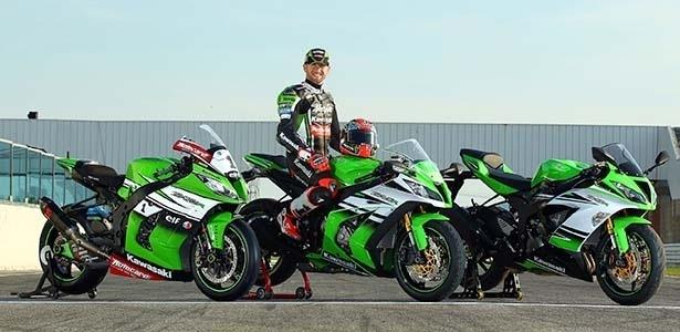 Tom Sykes, piloto da Kawasaki no Mundial de Superbikes, posa em cima da ZX-10R série Ninja 30th Anniversary; do lado direito, a irmã menor ZX-6R; do esquerdo, a ZX-10R usada nas pistas (e de quem as duas primas imitaram a pintura)
