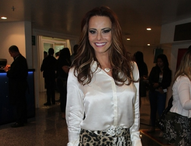 5.set.2014 - A atriz Viviane Araújo se diverte no Citibank Hall, na zona oeste do Rio de Janeiro, para assistir ao show de Luan Santana,