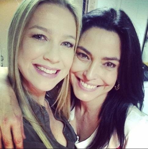 8.set.2014 - Luana Piovani registra encontro com Valéria Monteiro nos bastidores de