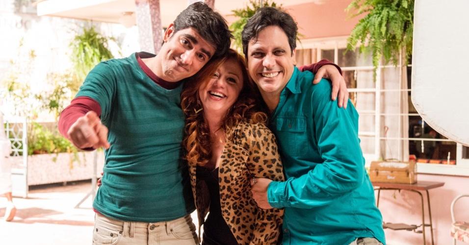 Marcelo Adnet, Guta Stresser e Lúcio Mauro Filho posam juntos na gravação do último episódio de