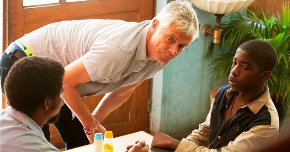 """O diretor Stephen Daldry dirige cena de """"Trash: A Esperança Vem do Lixo"""", uma trama de perseguições e corrupção que narra as aventuras de Raphael, Gardo e Rato, três meninos que vivem em um lixão"""