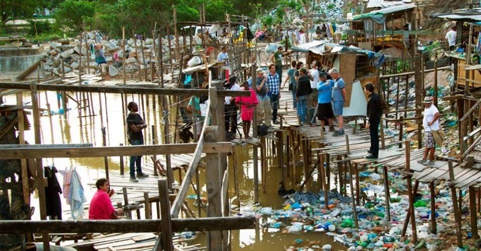 """Um lixão cenográfico foi construído no Rio de Janeiro para cenas de """"Trash: A Esperança Vem do Lixo"""""""
