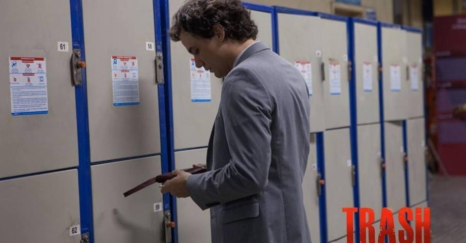 """Wagner Moura em cena de """"Trash: A Esperança Vem do Lixo"""""""