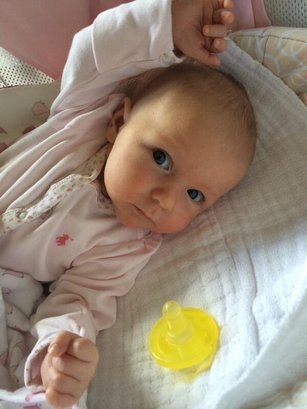 13.mai.2014 - John Krasinski mostra foto de sua filha com Emily Blunt, Hazel