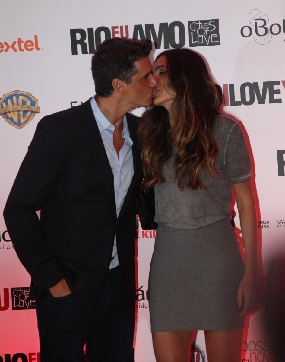8.set.2014 - Márcio Garcia tasca um beijão em sua mulher, Andréa Santa Rosa, na pré-estreia do filme