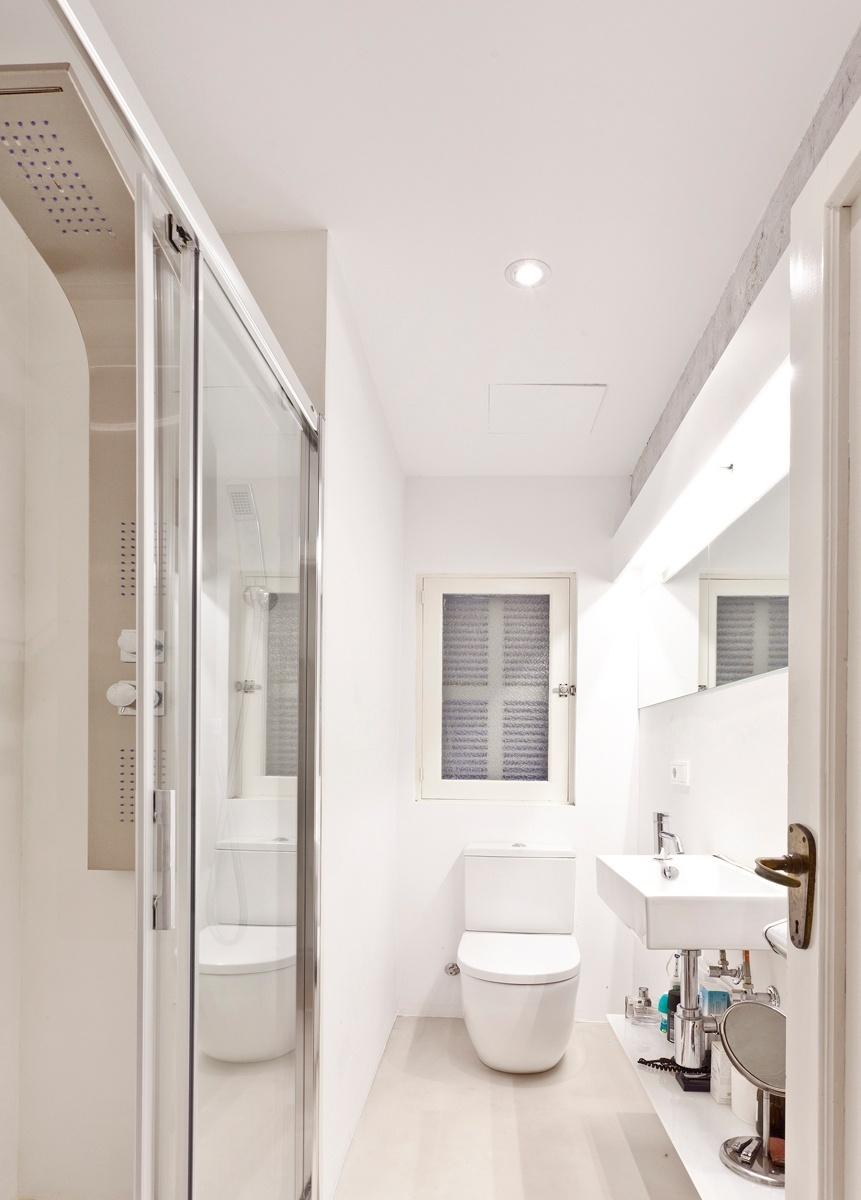 Uma das principais intervenções na área íntima do apartamento Palma foi abrir espaço para a criação de um banheiro com chuveiro e um pequeno closet, mas sem demolir alvenarias pré-existentes. O projeto de reforma é assinado pelo escritório Vila Segui Arquitectos, em Maiorca, na Espanha