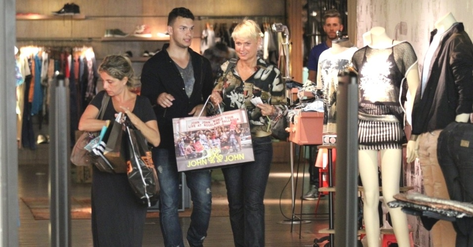 11.set.2014 - Com o namorado, Junno, e a filha Sasha, Xuxa faz compras em shopping, no Rio