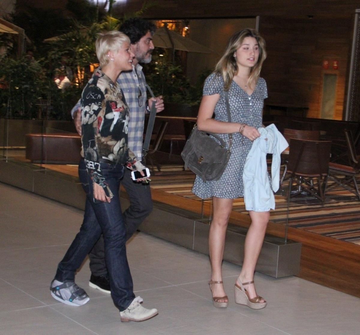11.set.2014 - Xuxa é vista passeando em shopping com o namorado, Junno, e a filha, Sasha