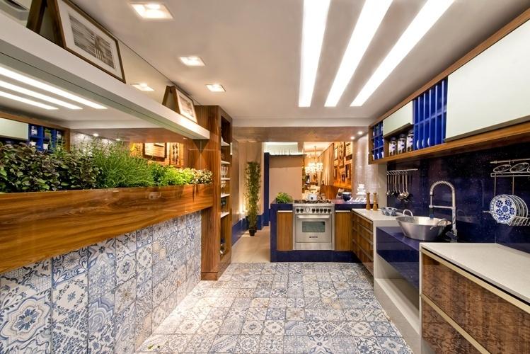 Estreante na mostra, a arquiteta e urbanista Tatielly Zammar apresenta o Loft Gourmet, com 65 m². Na cozinha, destaque para o nicho que abriga a horta de temperos e para o revestimento que lembra os azulejos portugueses. A 21ª edição da Casa Cor Paraná fica em cartaz até dia 5 de outubro de 2014, no Graciosa Country Club, na Av. Munhoz da Rocha, 1.504, em Curitiba. Outras informações: www.casacor.com.br/parana